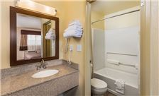 Key inn and Suites Tustin - Hotel Room Bathroom
