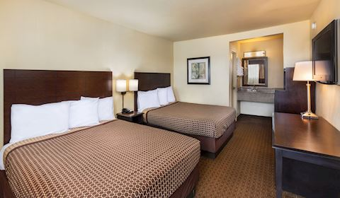 Key Inn and Suites, Tustin Two Double Beds